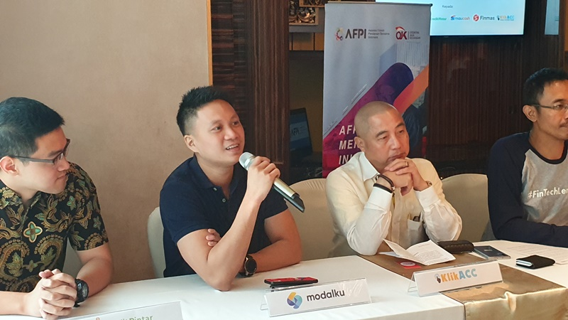 Reynold Wijaya, Co-Founder & CEO Modalku (kedua dari kiri) pada acara Pemberian Sertifikasi Perizinan Sebagai Penyelenggara Fintech P2P Lending. - Modalku