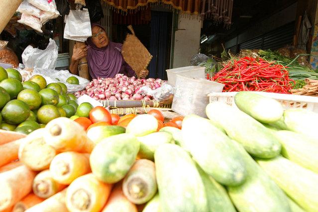 Pedagang di pasar tradisional menjual berbagai bahan pangan. - Reuters/Iqbal Rinaldi