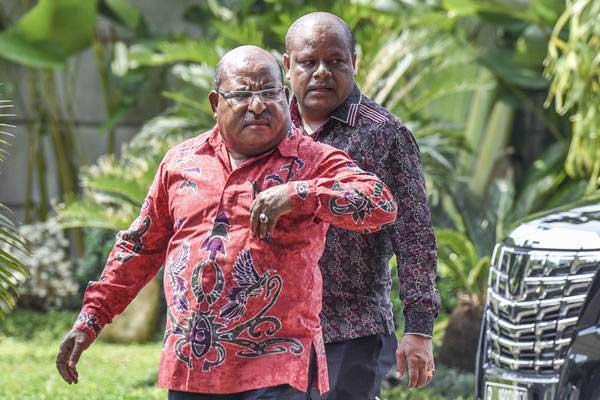 Gubernur Papua Lukas Enembe (kiri). - Antara/Hafidz Mubarak