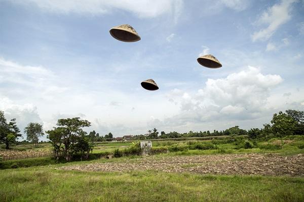Karya Wimo Ambala Bayang/Melempar Caping untuk Membuat Segitiga (Homage to Baldessari)