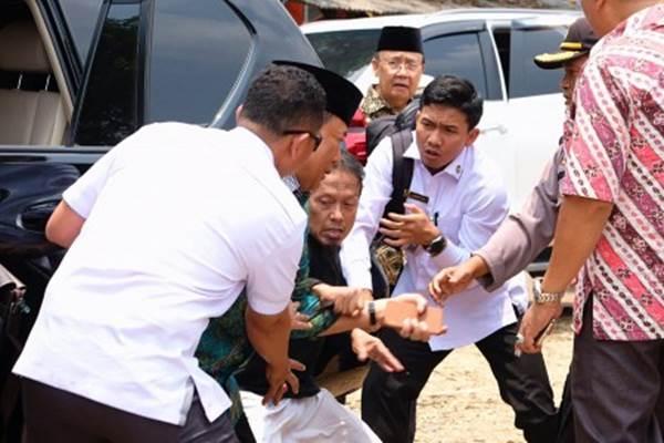 Menko Polhukam Wiranto (kedua kiri) diserang orang tak dikenal dalam kunjungannya di Pandeglang, Banten, Kamis (10/10/2019). - ANTARA/Dok Polres Pandeglang