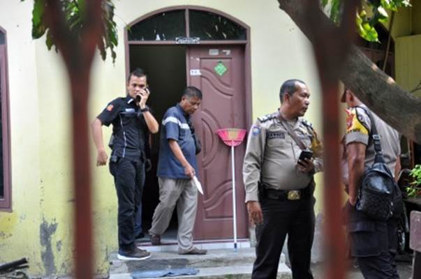 Polisi melakukan pemeriksaan rumah keluarga pelaku penyerangan Menko Polhukam Wiranto, SA, di Jalan Alfakah V desa Tanjung Mulia Hilir Medan Deli, Kota Medan, Sumatra Utara, Kamis (10/10/2019). - Antara/Septianda Perdana
