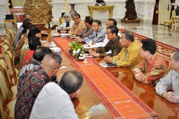 Presiden Joko Widodo (keempat kanan) didampingi Menko Perekonomian Darmin Nasution (ketiga kanan) berdialog dengan Ketua Umum Asosiasi Pengusaha Indonesia (Apindo) Hariyadi Sukamdani (kelima kiri) membahas kebijakan dunia usaha di Istana Merdeka, Jakarta, Selasa (29/9). - Antara