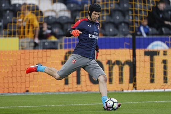 Petr Cech ketika bermain untuk Arsenal. - Reuters/Russell Cheyne