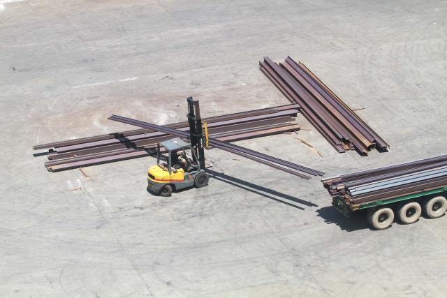 Forklift memindahkan besi keatas truk di Makassar, Sulawesi Selatan Jumat (22/2/2019). - JIBI/Bisnis/Paulus Tandi Bone