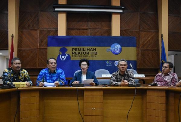 Ketua Majelis Wali Amanat ITB, Yani Panigoro mengumumkan 10 Bakal Calon Rektor ITB 2020-2025 di Balai Pertemuan Ilmiah Jalan Dipatiukur, Kota Bandung, Kamis (10/10/2019). - Humas ITB