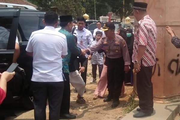 Menko Polhukam Wiranto (kedua kiri) turun dari mobil sebelum diserang orang tak dikenal dalam kunjungannya di Pandeglang, Banten, Kamis (10/10/2019). - ANTARA/Handout