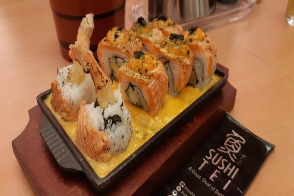 Salah satu menu andalan berbasis ikan salmon dan udang di Sushi Tei Grand City Surabaya. - Bisnis/Peni Widarti
