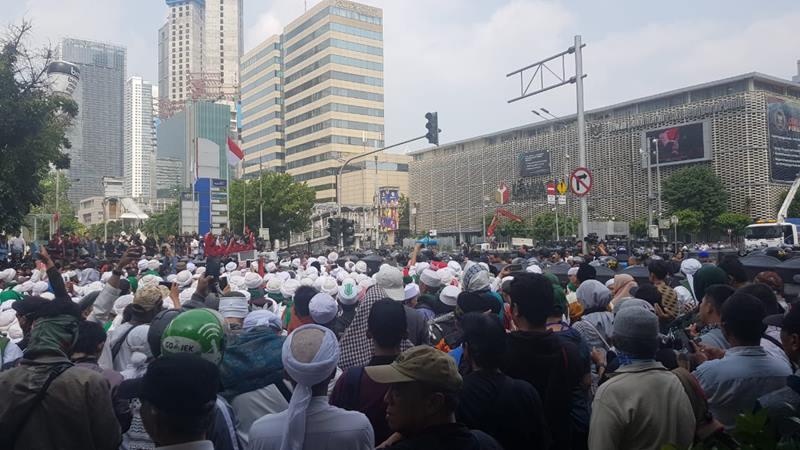 Massa berbaju putih demo di depan gedung Bawaslu Jakarta, Rabu (22/5/2019). - Bisnis/Lalu Rahadian