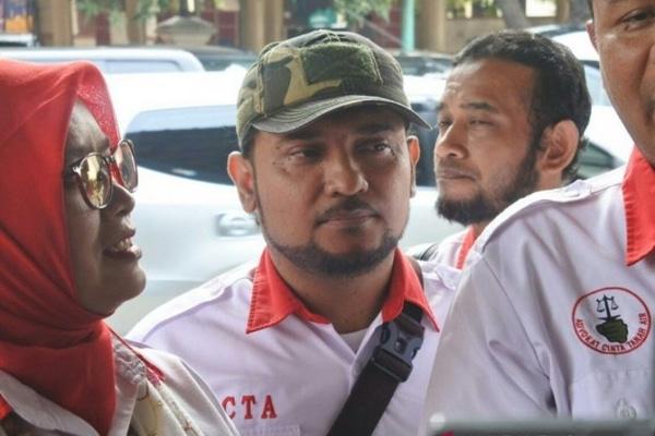 Ketua Media Center Persaudaraan Alumni (PA) 212 Novel Chaidir Hasan Bamukmin atau Novel Bamukmin memenuhi panggilan polisi sebagai saksi dalam kasus penculikan dan penganiayaan pegiat media sosial Ninoy Karundeng. - Antara/Fianda Rassat