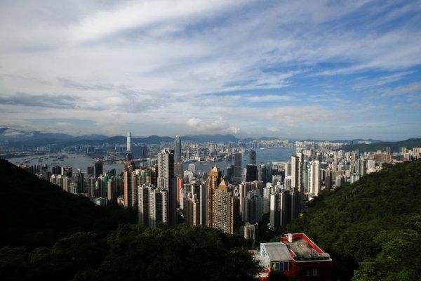Pemandangan kota Hong Kong dari atas bukit, Jumat (4/8/2017). - Reuters/Bobby Yip