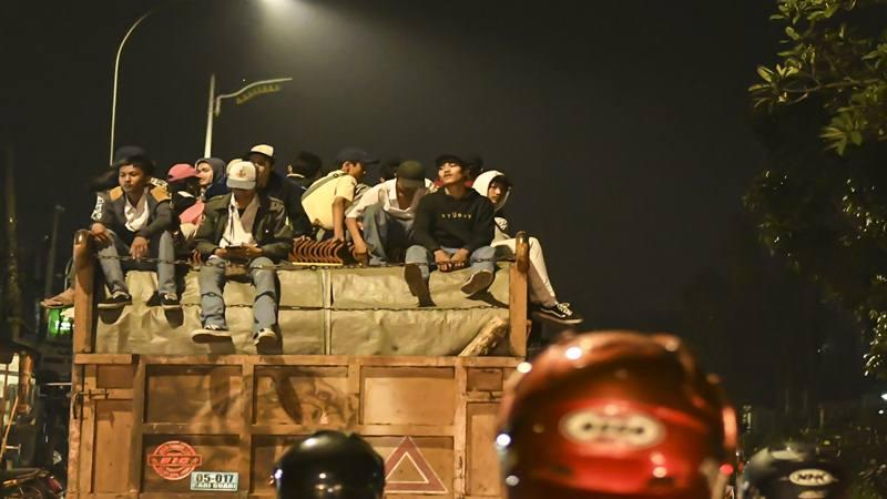 Sejumlah pelajar naik ke atas sebuah truk usai melakukan aksi unjuk rasa di depan gedung DPR di Jakarta, Senin (30/9/2019). Tindakan sejumlah pelajar tersebut selain melanggar hukum dan mengganggu ketertiban umum juga dapat membahayakan diri mereka karena berpotensi jatuh dan terluka. - Antara