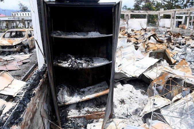 Kondisi ruangan dan bangkai mobil yang hangus terbakar di Kantor Bupati Jayawijaya, Wamena, Papua, Rabu (9/10/2019). Sejumlah bangunan kantor, rumah, toko, hingga kendaraan rusak terbakar pascaaksi unjuk rasa yang berujung anarkis pada 23 September 2019. - ANTARA/M Risyal Hidayat
