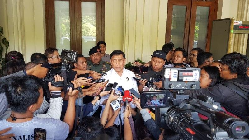 Menko Polhukam Wiranto memberikan keterangan kepada wartawan terkait rencana dirinya bertemu dengan Ketua Komite Peralihan Aceh (KPA) Muzakir Manaf (Mualem), di Jakarta, Senin (17/6/2019). - Bisnis/Lalu Rahadian
