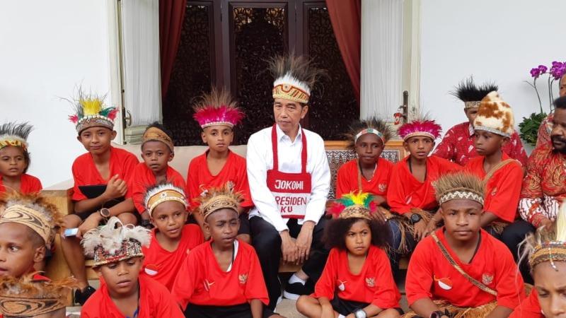 Presiden Joko Widodo menerima perwakilan siswa sekolah dasar Kabupaten Jayapura dan Asmat, Provinsi Papua, di Istana Merdeka, Jumat (11/10/2019). - Bisnis/Amanda Kusumawardhani