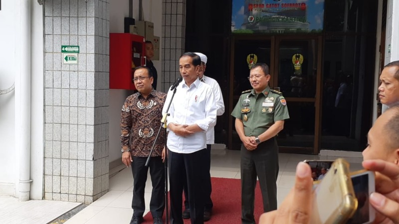 Presiden Joko Widodo menyampaikan keterangan usai menjenguk Menteri Koordinator Politik, Hukum, dan Keamanan Wiranto untuk kedua kalinya di RSPAD Gatot Soebroto, Jakarta, Jumat (11/10/2019). - Bisnis/Amanda Kusumawardhani