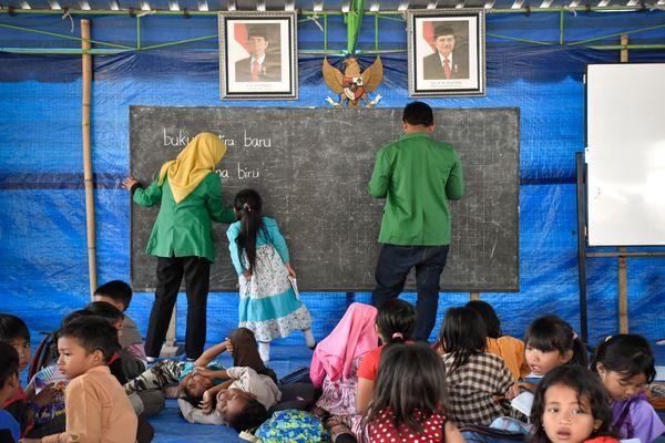 Sejumlah siswa belajar di tenda sekolah darurat di SDN 1 Guntur Macan Desa Guntur Macan, Kecamatan Gunungsari, Lombok Barat, NTB, Jumat (28/9). - ANTARAFOTO