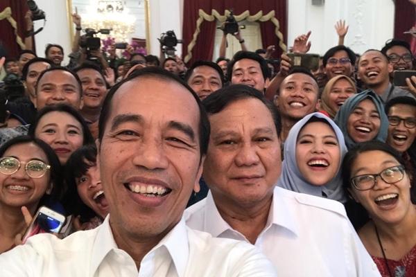Presiden Joko Widodo berswafoto bersama dengan Ketua Umum Partai Gerindra Prabowo Subianto dan sejumlah wartawan di Istana Merdeka Jakarta, Jumat (11/10/2019). - Joko Widodo