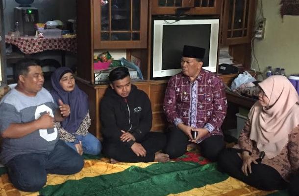 Wali Kota Bandung Oded M Danial menjenguk dua warga Bandung yang menjadi korban kerusuhan di Wamena, Papua di rumah keduanya, di Kelurahan Cipedes, Kecamatan Sukajadi, Kota Bandung, Jumat (11/10). - Bisnis/Dea Andriyawan