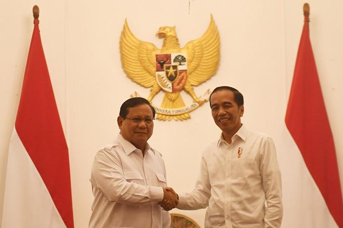 Presiden Joko Widodo (kanan) berjabat tangan dengan Ketua Umum Partai Gerindra Prabowo Subianto (kiri) dalam pertemuan di Istana Merdeka, Jakarta, Jumat (11/10/2019). - ANTARA/Akbar Nugroho Gumay.