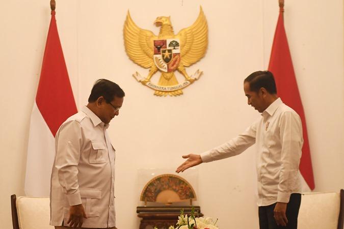 Presiden Joko Widodo (kanan) melakukan pertemuan dengan Ketua Umum Partai Gerindra Prabowo Subianto (kiri) di Istana Merdeka, Jakarta, Jumat (11/10/2019). - ANTARA/Akbar Nugroho Gumay.