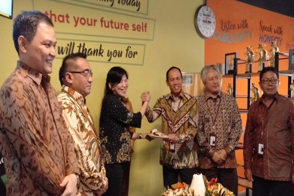 Direktur Equity Life Indonesia Tania Chandra (tengah) bersalaman dengan Direktur Operasional dan Digital Bangking Bank Jateng Rahadi Widayanto usai meresmikan Equity Lounge dan Luncurkan Whole Life Max Rider di gedung Bank Jateng Jumat (11 - 10)