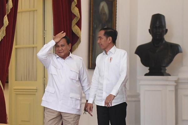 Presiden Joko Widodo (kanan) berjalan bersama Ketua Umum Partai Gerindra Prabowo Subianto (kiri) usai melakukan pertemuan di Istana Merdeka, Jakarta, Jumat (11/10/2019). - ANTARA FOTO/Akbar Nugroho Gumay