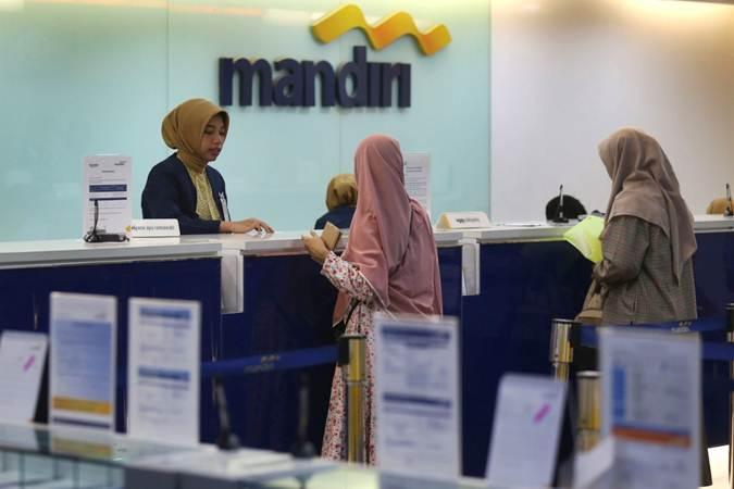 Karyawan melayani nasabah di salah satu kantor cabang Bank Mandiri, di Jakarta, Kamis (4/7/2019). - Bisnis/Nurul Hidayat
