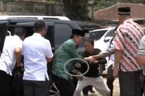 Menko Polhukam Wiranto (ketiga kiri) diserang orang tak dikenal dalam kunjungannya di Pandeglang, Banten, Kamis (10/10/2019). - Istimewa