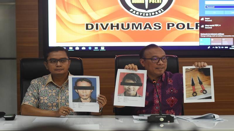 Karopenmas Divisi Humas Polri Brigjen Pol Dedi Prasetyo (kanan) menunjukkan foto tersangka pelaku dan barang bukti penikaman Menko Polhukam Wiranto saat konferensi pers di Mabes Polri, Jakarta, Jumat (11/10/2019). - Antara