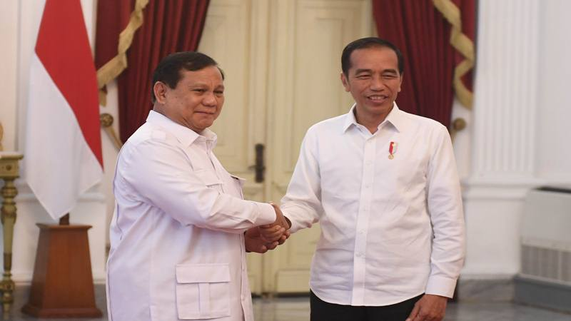 Presiden Joko Widodo bersama Ketua Umum Partai Gerindra Prabowo Subianto bertemu di Istana Merdeka, Jakarta, Jumat (11/10/2019). - Antara