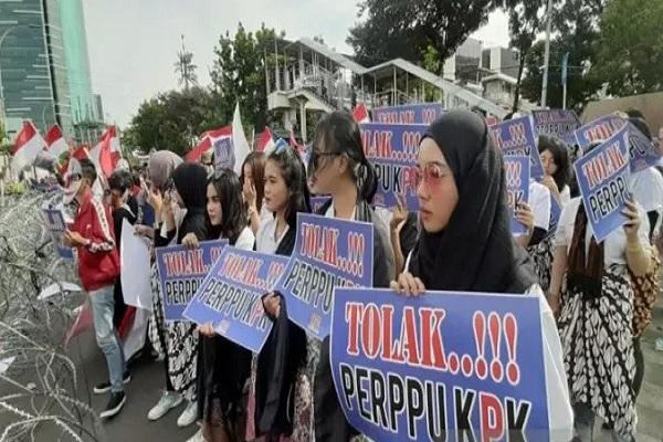 Sejumlah pendemo beraksi menolak Perppu Komisi Pemberantasan Korupsi (KPK) di depan Gedung Merah Putih KPK RI, Jakarta Selatan, Senin (7/10/2019). - Antara