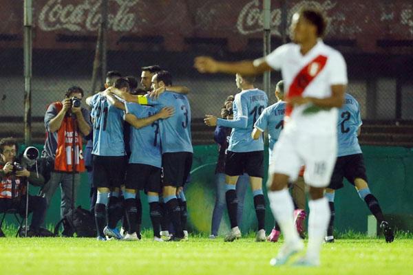Para pemain Uruguay merayakan gol ke gawang Peru. - Reuters/Andres Cuenca