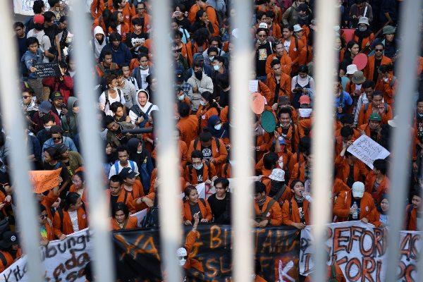 Mahasiswa dari sejumlah elemen mahasiswa se-Jabodetabek berunjuk rasa di depan kompleks Parlemen, Senayan, Jakarta, Senin (23/9/2019). Ribuan mahasiswa yang berasal dari sejumlah elemen mahasiswa se-Jabodetabek turun ke jalan berdemonstrasi menolak UU KPK dan pengesahan RUU KUHP. - ANTARA FOTO/Aditya Pradana Putra