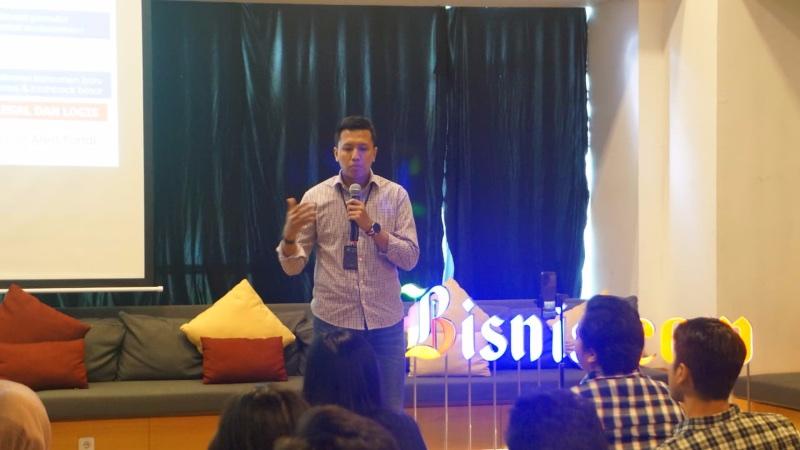 Kepala Subbagian Pelaksanaan Edukasi KeuanganOtoritas Jasa Keuangan (OJK)Nizhomy Rahman memberikan paparan dalam acara Bisnis Community Meet Up bertajuk Milenial Cerdas Investasi di Jakarta, Sabtu (12/10/2019). - Bisnis/Agne Yasa
