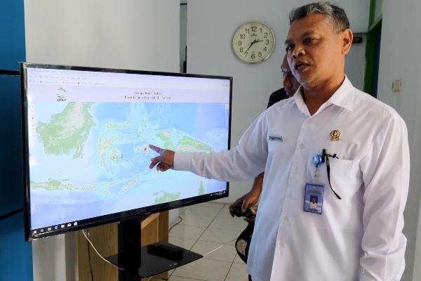 Kepala BMKG Stasiun Geofisika Ambon Sunardi memberikan penjelasan perkembangan gempa bumi yang mengguncang Pulau Ambon, Maluku, Kamis (10/10/2019). - ANTARA FOTO/Izaac Mulyawan