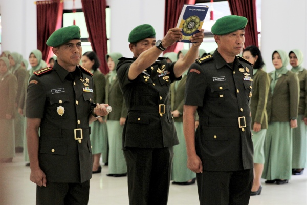 Kolonel Kav Hendi Suhendi (kiri) menyaksikan Kolonel Inf Alamsyah (kanan) diambil sumpahnya sebagai Komandan Kodim 1417 Kendari saat upacara serah terima jabatan di Aula Tamalaki Korem 143 Haluoleo, Kendari, Sulawesi Tenggara, Sabtu (12/10/2019) - ANTARA FOTO/Jojon