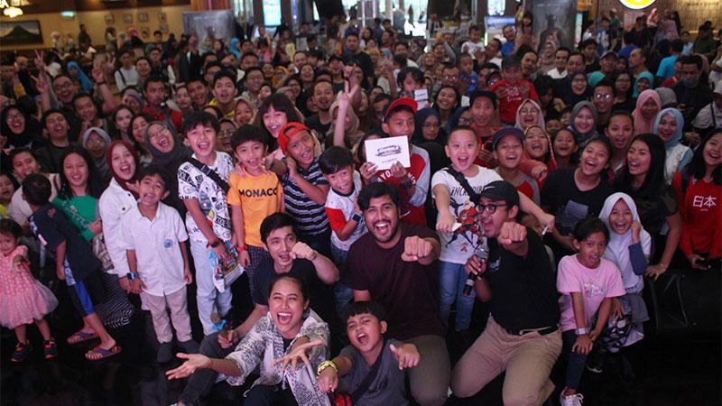 Para pemain film Gundala berfoto bersama pengunjung saat acara meet and greet film Gundala di Bintaro X-change Mall, Tangerang, Banten, Minggu (25/8/2019). Film yang bercerita tentang pahlawan super ini mulai tayang serentak pada 29 Agustus 2019 di bioskop. - ANTARA/Fauzan
