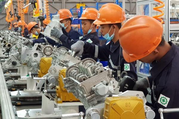 Pekerja merakit mesin mobil Esemka di pabrik PT Solo Manufaktur Kreasi, di Boyolali, Jawa Tengah, Jumat (6/9/2019). - Bisnis/Chamdan Purwoko