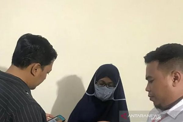 Anggota Direskrimum Polda Malut, Bripda Nesti Ode Samili yang ditangkap di Bandara Juanda Sidoarjo, Jawa Timur. - Antara/Abdul Fatah