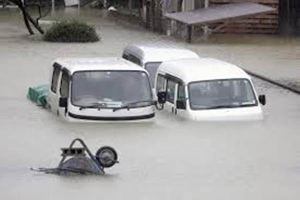 Kendaraan terendam banjir akibat Topan Hagibis yang diiringi hujan lebat membuat sejumlah sungai di Jepang meluap - Antara