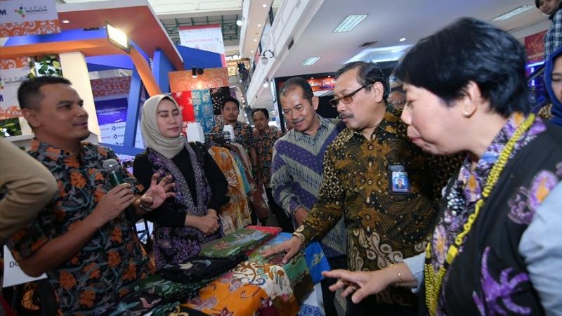Ketua BSN Bambang Prasetya saat mengunjungi stan Pupuk Kaltim dalam IQE 2019 di Java Supermall Semarang (12/10). - JIBI/Istimewa