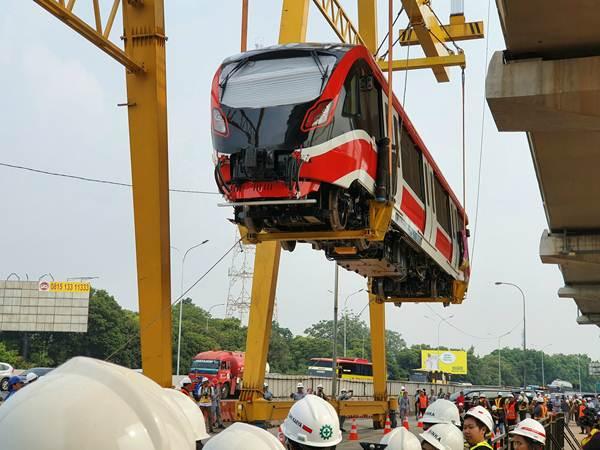 Proses pengangkatan kereta pertama LRT Jabodebek di pitstop Stasiun Harjamukti, Minggu (13/10/2019). - Bisnis/Rio Sandy Pradana