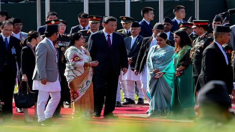 Presiden China Xi Jinping dan Presiden Nepal Bidhya Devi Bhandari di Bandara Internasional Tribhuvan, ketika Xi mengakhiri kunjungan dua harinya ke Nepal, di Kathmandu pada 13 Oktober 2019. - Reuters