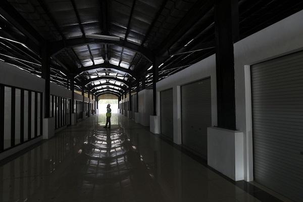 Petugas melakukan pengecekan rest area KM 215 A ruas tol Terbanggi BesarPematang Panggang, Lampung, Kamis (12/9/2019). - Bisnis/Nurul Hidayat