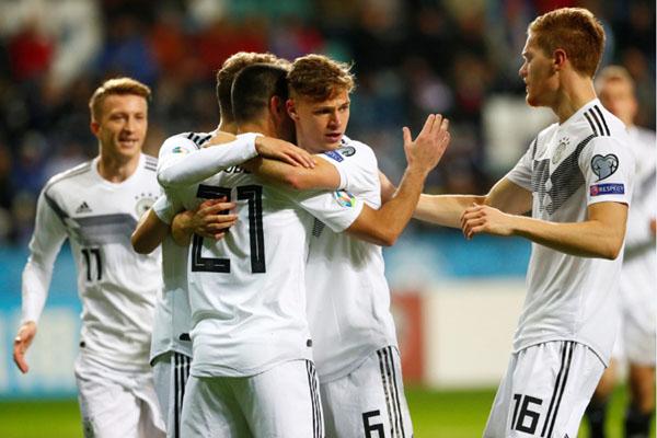 Para pemain Jerman selepas menjebol gawang Estonia. - Reuters/Ints Kalnins