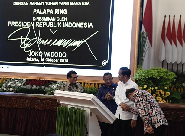 Presiden Joko Widodo (kedua kanan) bersama Menkominfo Rudiantara (kanan), Menko Perekonomian Darmin Nasution (kedua kiri) dan Seskab Pramono Anung meresmikan pengoperasian Palapa Ring di Istana Merdeka, Jakarta, Senin (14/10/2019). - ANTARA/Puspa Perwitasari
