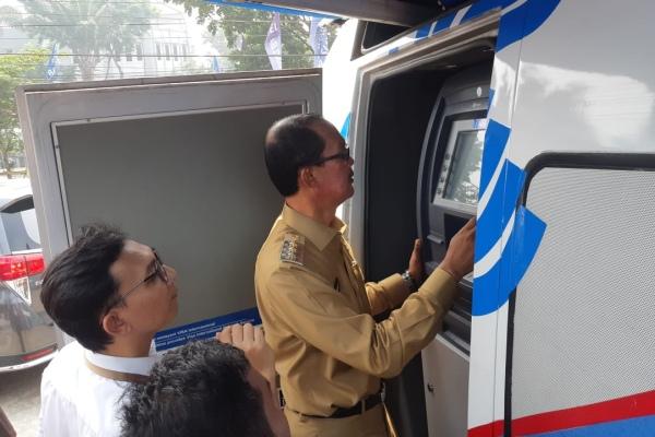 Walikota Palembang Harnojoyo mencoba transaksi di mobil ATM Bank Sumsel Babel untuk pembayaran tagihan jargas - Bisnis/Dinda Wulandari
