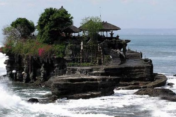 Pura Tanah Lot, salah satu destinasi wisata utama di Bali. - Antara