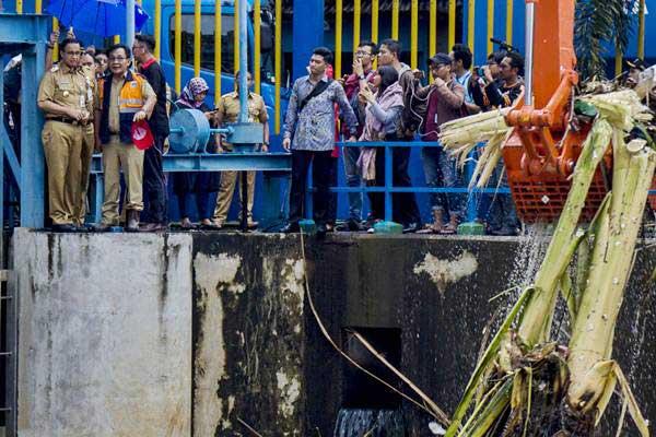Gubernur DKI Jakarta Anies Baswedan (kiri) meninjau pintu air Manggarai di Jakarta, Senin (5/2). - ANTARA/Galih Pradipta